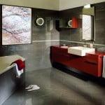 Bad im grauen Platten und roten Möbel