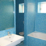 Badzimmer mit blauen Glasmosaik