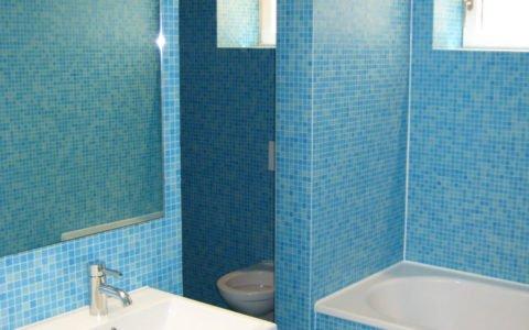 Bad mit blauen Glasmosaik