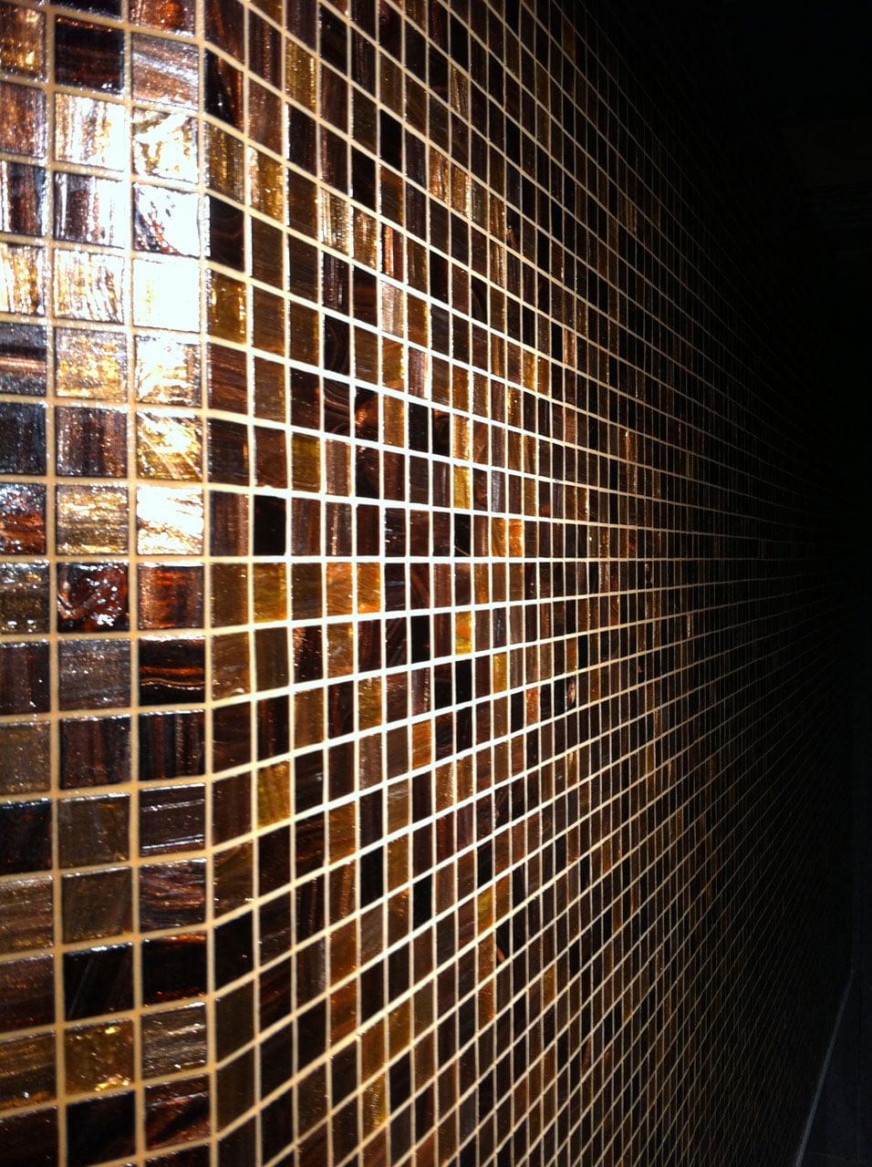 Wand mit braunem Glasmosaik