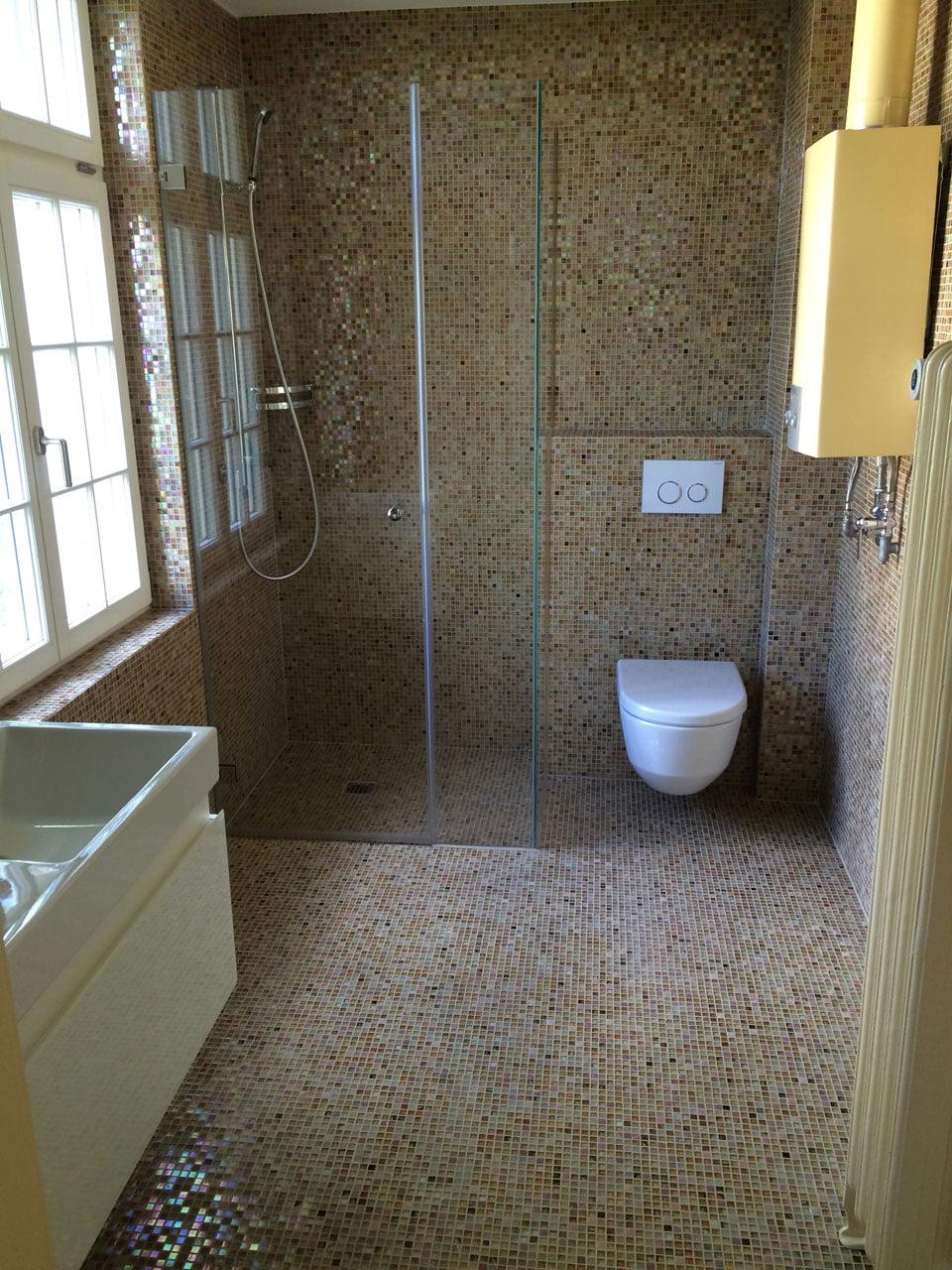 Bad mit Mosaiksteine und Duschkabine