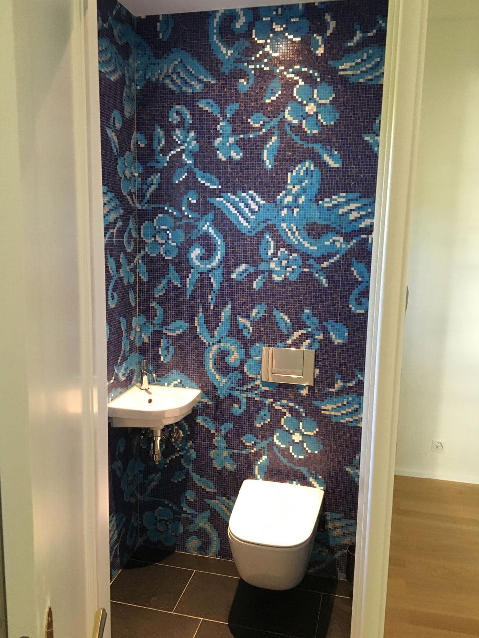 Bad mit Mosaikbild an der Wand