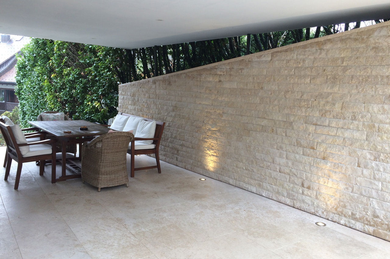 Gartensitzplatz mit Paltten und Steinwand