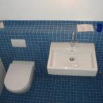 WC und Lavabo mit blauen Mosaiksteinen
